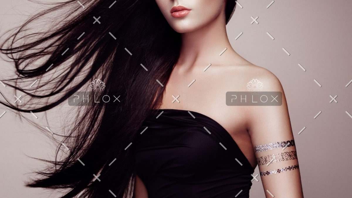 fashion-portrait-of-elegant-woman-with-PRWMEEU
